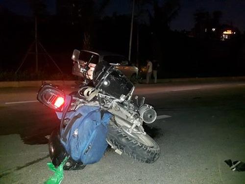 Ô tô húc văng xe máy, cuốn xe đạp vào gầm, 3 người gặp nạn - 2