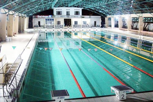 Nam sinh viên nằm bất động dưới đáy hồ bơi ở Sài Gòn
