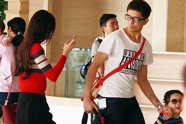 Mà ở ngoài đời, Tim cũng không thể rời mắt khỏi Trương Quỳnh Anh một lúc. Dù dắt tay con, Tim vẫn phải ngoái lại nhìn xem vợ đang thế nào.