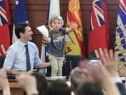 """Thế giới - Thủ tướng điển trai Canada """"gây bão"""" vì chơi với con trai"""