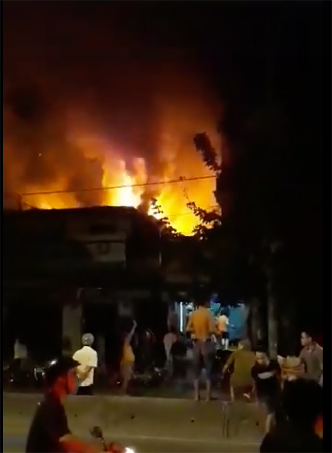 Sau tiếng nổ lớn trong tiệm sửa xe, cả chục người dập lửa tháo chạy - 1