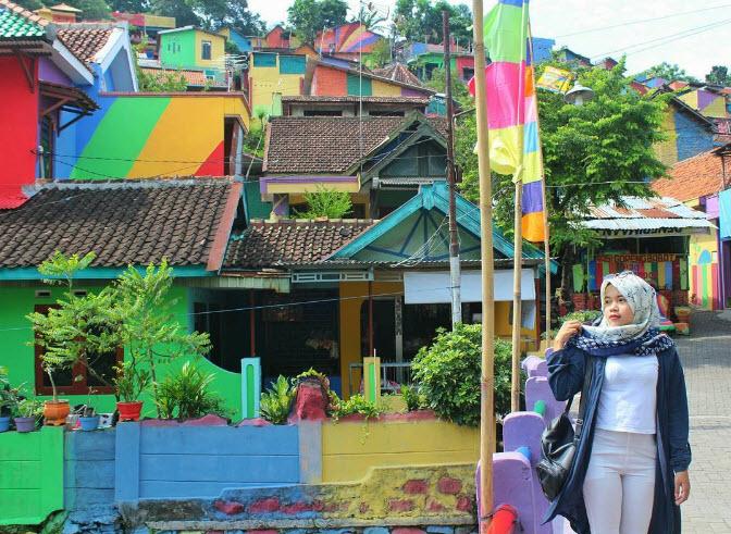"""Ngôi làng 7 màu đang khiến dân """"sống ảo"""" chao đảo ở Indonesia - 11"""