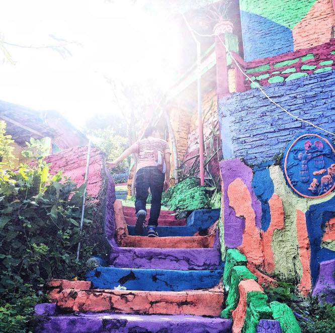 """Ngôi làng 7 màu đang khiến dân """"sống ảo"""" chao đảo ở Indonesia - 18"""