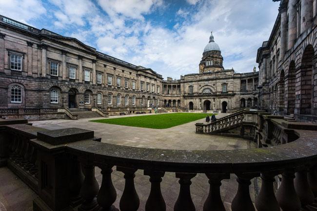 2. Đại học Edinburgh được thành lập từ năm 1583. Các tòa nhà của trường nằm ở 2 quận khác nhau trong trung tâm thành phố: khu di tích lịch sử cũ có đường phố hẹp và thị trấn mới tân tiến, hiện đại. Trung tâm của khuôn viên là sân cỏ xanh mướt trở thành địa điểm lý tưởng cho sinh viên học tập và tổ chức các hoạt động ngoài trời.