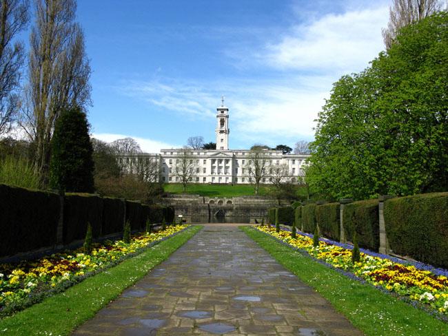 1. Đại học Nottingham là 1 trong những trường đại học rộng và  xanh  nhất nước Anh. Với diện tích rộng hơn 120ha, có thiết kế cảnh quan bao gồm các khu vườn hiện đại, cây cối và bụi rậm, nhiều loài thực vật độc đáo trên khắp thế giới, tạo thành 1 điểm nhấn tuyệt đẹp trong khuôn viên trường.