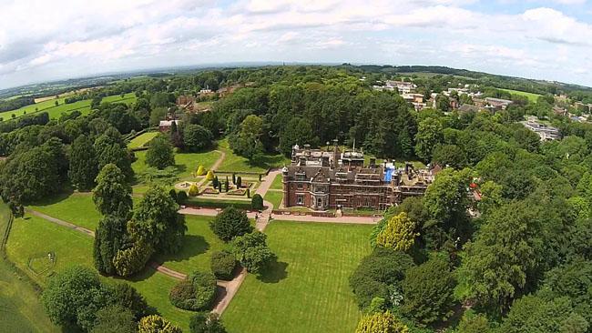 3. Đại học Keele nằm trên 1 ngọn đồi nhìn ra thị trấn Newcastle, phía Bắc nước Anh. Mọi hoạt động học tập, sinh hoạt của sinh viên trong trường đến những cửa hiệu, giải trí, chăm sóc sức khỏe đều được đáp ứng đầy đủ trong phạm vi rộng 248ha của khuôn viên trường.