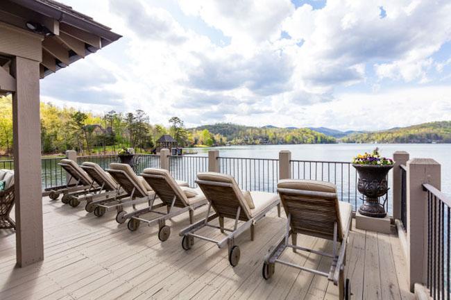 Bất động sản này gồm một biệt thự lớn trên bờ và cả một nhà nổi nhỏ dưới hồ.