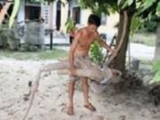 Tin tức trong ngày - Nông dân đào trúng củ sắn dài hơn 2m, có hình thù giống người cá