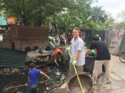 """Tin tức trong ngày - """"Ông Tây nhặt rác"""" muốn biến mương thối thành một khu vườn"""