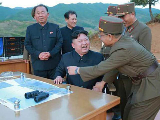 Kim Jong-un tươi cười ăn mừng phóng tên lửa