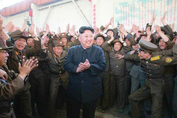 """Kim Jong-un tươi cười ăn mừng phóng tên lửa """"hạt nhân"""" - 2"""