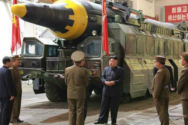 """Kim Jong-un tươi cười ăn mừng phóng tên lửa """"hạt nhân"""" - 5"""