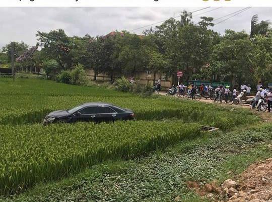 Ô tô mất lái tông 3 học sinh đi xe đạp điện tử vong - 1