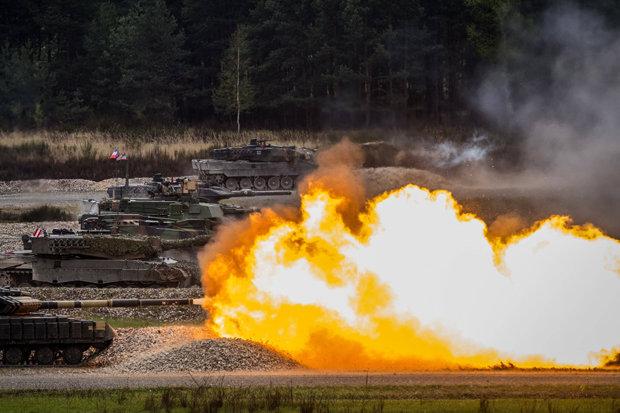 Nga thả xe tăng từ trên trời xuống đất luyện bắn nhau - 2