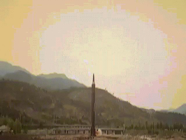 Ảnh hiếm Kim Jong-un thị sát tên lửa tầm xa đời mới - 4