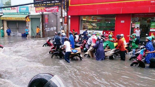 Mưa 20 phút, đường phố Sài Gòn nước chảy như thác đổ - 1