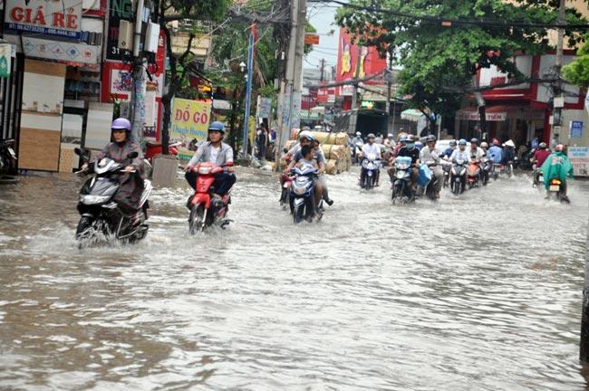 Mưa 20 phút, đường phố Sài Gòn nước chảy như thác đổ - 8