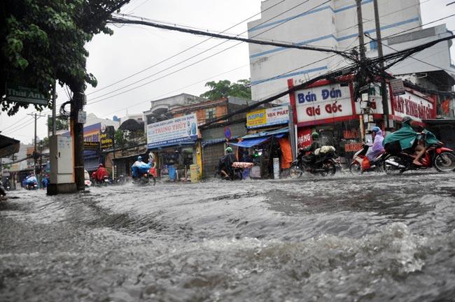 Mưa 20 phút, đường phố Sài Gòn nước chảy như thác đổ - 7