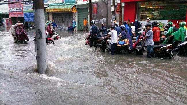 Mưa 20 phút, đường phố Sài Gòn nước chảy như thác đổ - 2