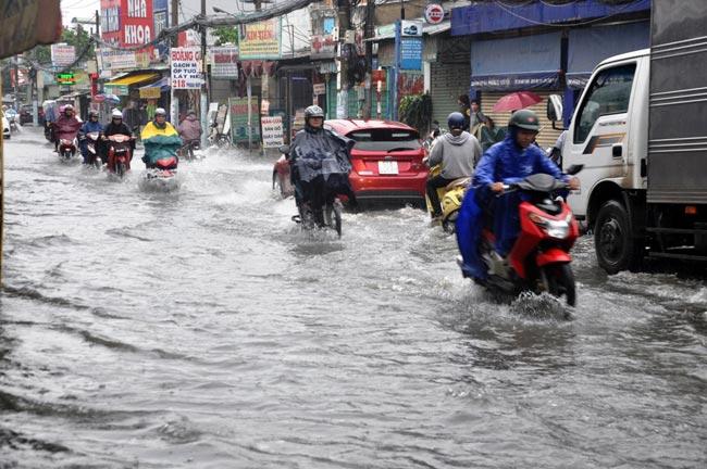 Mưa 20 phút, đường phố Sài Gòn nước chảy như thác đổ - 4