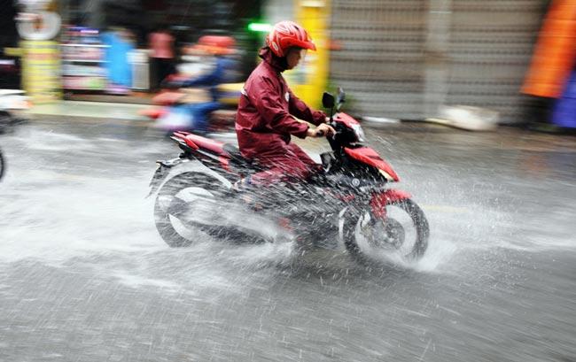 Mưa 20 phút, đường phố Sài Gòn nước chảy như thác đổ - 6