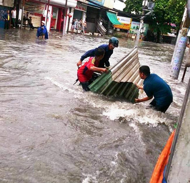 Mưa 20 phút, đường phố Sài Gòn nước chảy như thác đổ - 3