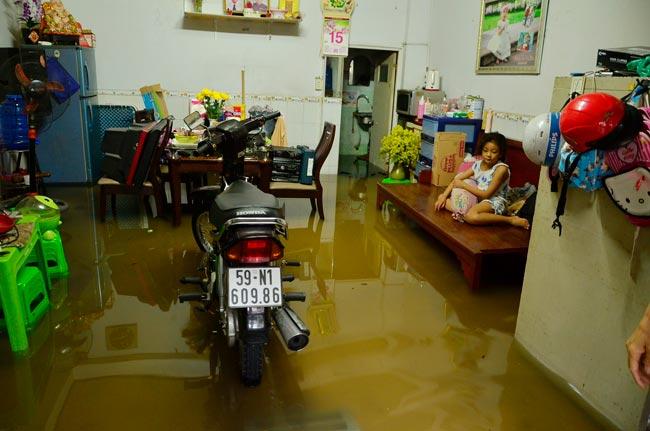 Mưa 20 phút, đường phố Sài Gòn nước chảy như thác đổ - 15