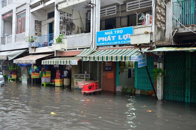 Mưa 20 phút, đường phố Sài Gòn nước chảy như thác đổ - 13