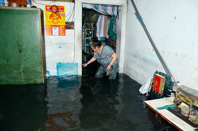 Mưa 20 phút, đường phố Sài Gòn nước chảy như thác đổ - 14