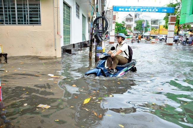 Mưa 20 phút, đường phố Sài Gòn nước chảy như thác đổ - 9