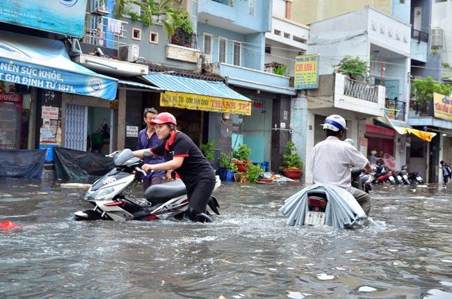 Mưa 20 phút, đường phố Sài Gòn nước chảy như thác đổ - 10