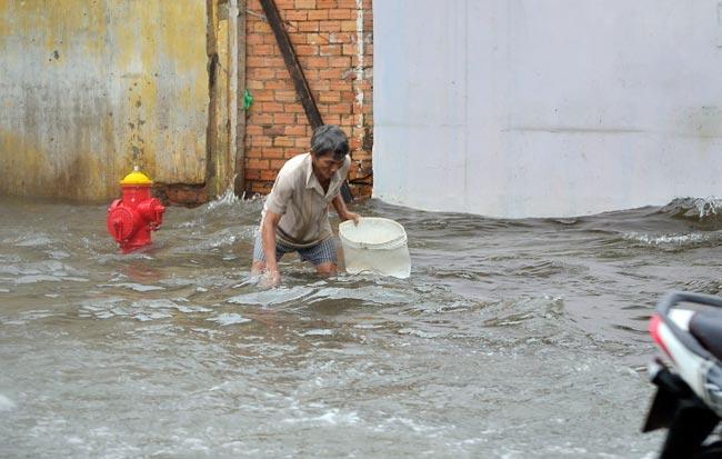Mưa 20 phút, đường phố Sài Gòn nước chảy như thác đổ - 17
