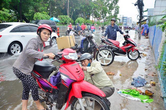 Mưa 20 phút, đường phố Sài Gòn nước chảy như thác đổ - 18