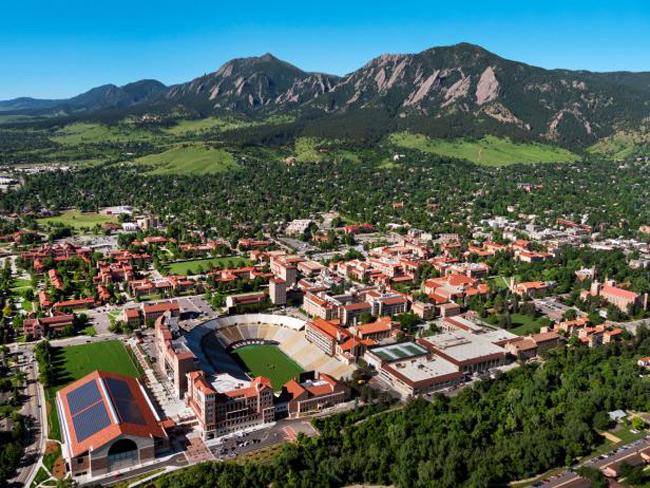 3. Đại học Colorado Boulder  & nbsp;được làm bằng nguyên liệu chính là đá sa thạch của địa phương, nổi bật với phần mái che màu đỏ tươi. Trường tọa lạc dưới chân núi Rocky có không gian xanh mướt tạo nên cảnh quan tuyệt đẹp, không hề thua kém bất cứ khu nghỉ dưỡng hạng sang nào.