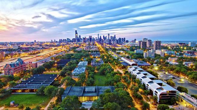 2. Viện Công nghệ Illinois - Chicago là 1 trường đại học tư nhân nằm cách trung tâm thành phố Chicago khoảng 3 dặm về phía nam. Các tòa nhà được thiết kế theo phong cách đơn giản nhưng vô cùng sang trọng bằng chất liệu thép và kính lộ thiên. Nơi đây được bình chọn là 1 trong 200 công trình kiến trúc quan trọng nhất Hoa Kỳ.