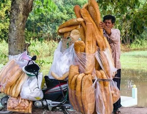 """Dân mạng """"phát sốt"""" với bánh mì """"khổng lồ"""" ở An Giang - 1"""