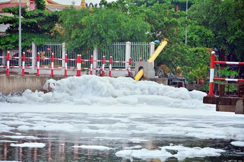 """""""Tuyết"""" phủ trắng kênh đen khiến người SG ngỡ ngàng - 7"""