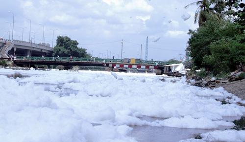 """""""Tuyết"""" phủ trắng kênh đen khiến người SG ngỡ ngàng - 10"""