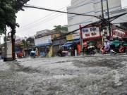 Tin tức trong ngày - Mưa 20 phút, đường phố Sài Gòn nước chảy như thác đổ