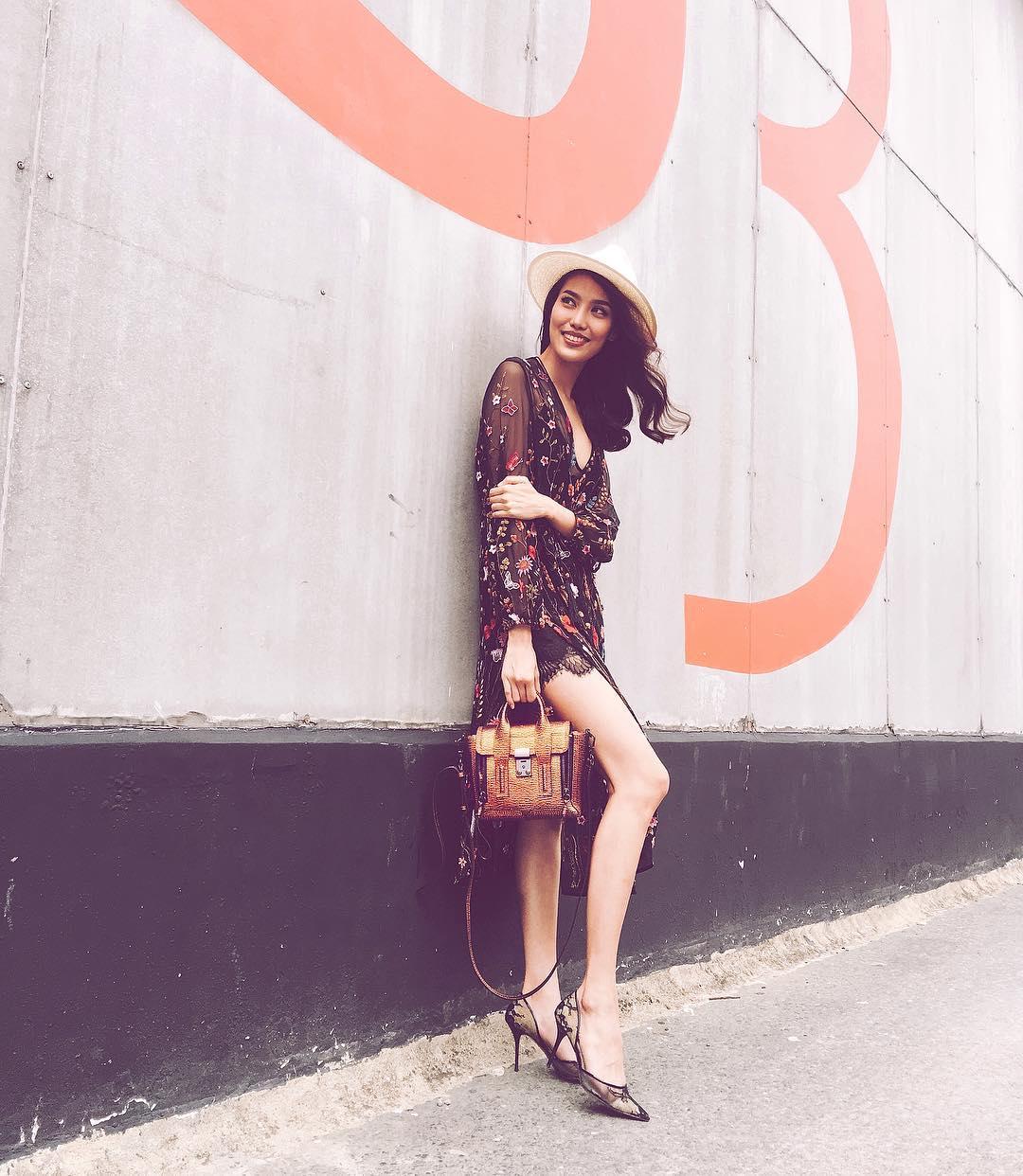 Angela Phương Trinh, Midu diện váy ngắn khoe chân dài thon nuột - 3