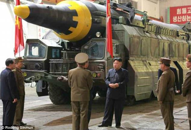 Ảnh hiếm Kim Jong-un thị sát tên lửa tầm xa đời mới - 2