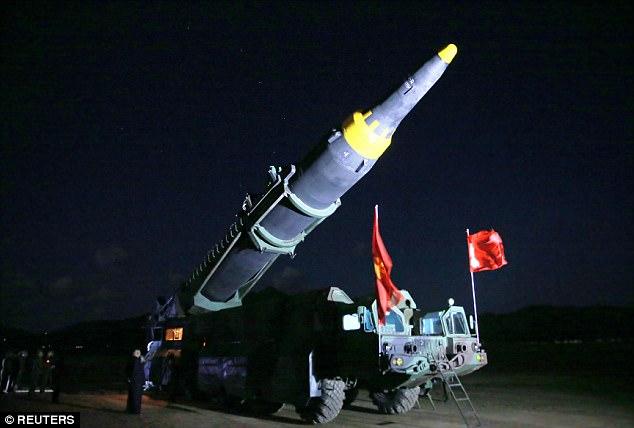Ảnh hiếm Kim Jong-un thị sát tên lửa tầm xa đời mới - 3