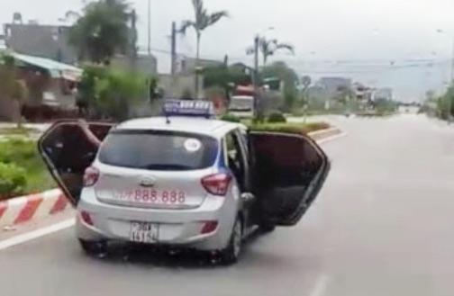 CSGT thông tin về clip xe taxi mở bung cửa chạy trên đường ở Thanh Hóa - 1