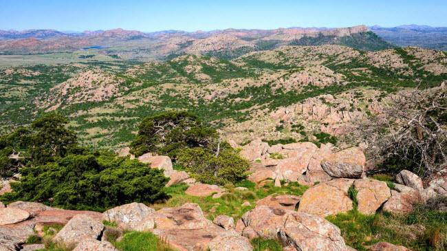 Dãy núi lạ lùng xuất hiện giữa thảo nguyên xanh tốt ở Mỹ - 1