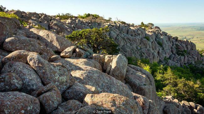 Dãy núi lạ lùng xuất hiện giữa thảo nguyên xanh tốt ở Mỹ - 6