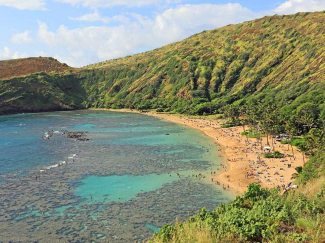 Vịnh Hanauma, Hawaii: Nó được hình thành trong lòng núi lửa và đây cũng là khu bảo tồn sinh vật biển và công viên dưới nước ở Mỹ.