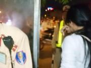 Tin tức trong ngày - CSGT cứu mạng cô gái xinh đẹp đòi nhảy cầu vì thất tình