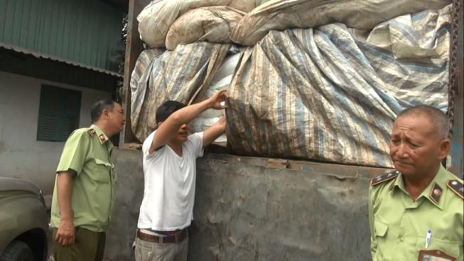 Phát hiện 50 tấn đường lậu ngụy trang phế liệu - 1