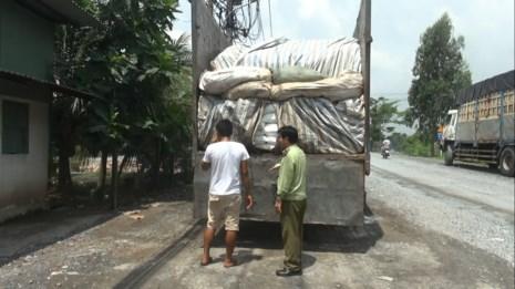 Phát hiện 50 tấn đường lậu ngụy trang phế liệu - 2