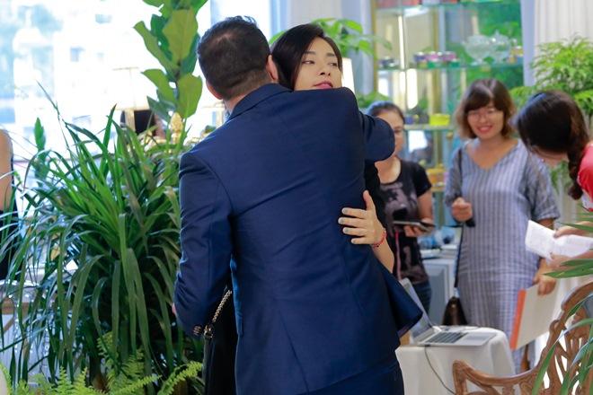 """Đạo diễn """"Kong"""" ôm hôn Ngô Thanh Vân trước trăm người - 2"""